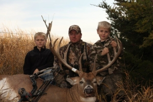 Iowa-230-buck-pic-5-with-youngsters-300x200